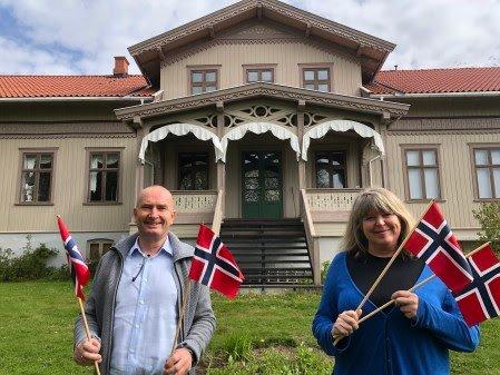 DEL MED OSS: - Fortellinger, foto eller film fra 17. mai kan deles med oss, sier Sven Inge Sunde og Mona Pedersen ved Anno. Her står de utenfor Kvinnemuseet.