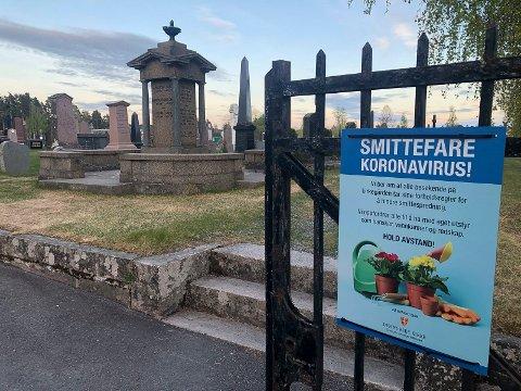 SMITTEFARE: På grunn av smittefare bes de som skal stelle graver på kirkegårdene i Elverum om å ta med eget utstyr og å bruke engangshansker.