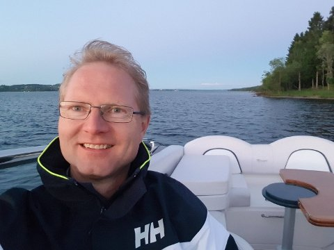 Stortingsrepresentant Tor André Johnsen er glad for at båtfolket fortsatt kan nyte en øl eller et glass vin på sjøen. Foto: Privat