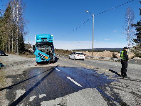 SMELL: Den ene lastebilen kjørte inn i den andre bakfra, ved en avkjørsel på rv. 3/25.