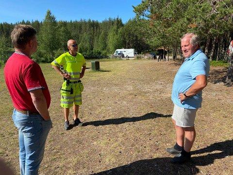 DISKUTERER: Jonny Stensåsen (til venstre) og Knut Stormoen fra Elverum kommune sammen med Arild Storsveen fra Nordskogbygda Velforening.
