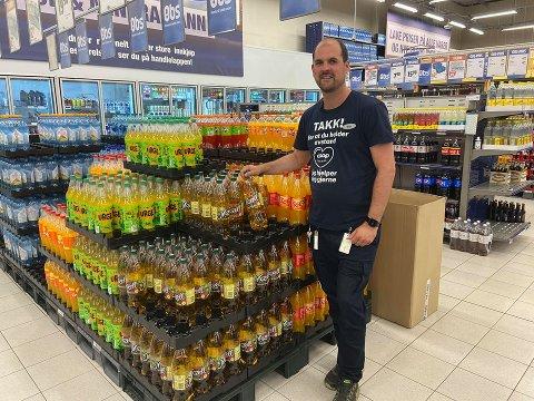 LANGT FRA TOMT: Butikksjef på Coop Obs Elverum, Simen Steigedal, kan forsikre om at det på langt nær er tomt for brus i butikkhyllene.