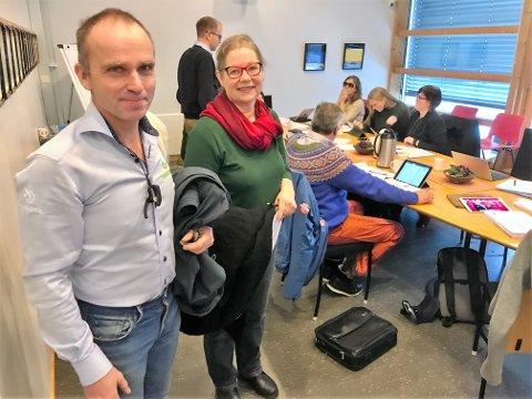 LETTET: - En gledens dag etter krevende tider. Nå har jeg ikke ansvar for Gammelstu Stai lenger, sier Anbjør Svenkerud. Her sammen med Jan Tore Hemma, bestyrer i Brøttum Almenning under et tidligere formannskapsmøte i Stor-Elvdal.