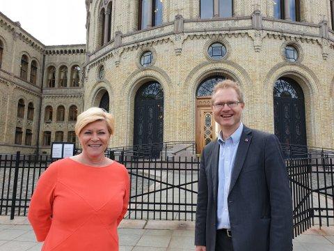 Frp-leder Siv Jensen og Tore André Johnsen var fikk en enstemmig stortingsgruppe til å prioritere riksveg 3.