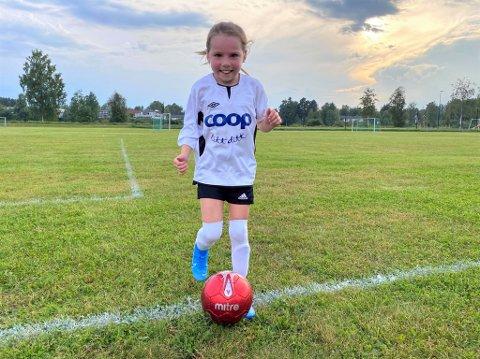 ENDELIG TILBAKE: Oline Hammersland Engemoen (8) var en av dem som gledet seg stort over å være tilbake på fotballbanen. Torsdag spilte hun sin første kamp på mange måneder.