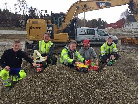 TRIVES I GRUSEN: Det startet med plastleker i grushaugen. Nå kusker disse gutta fullvoksne anleggsmaskiner. Fra venstre: Henrik Rønningen, Emil Berg Lystad, Mikkel Kroken, Joakim Smedås og Oliver Lillebakken.