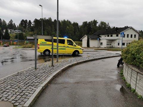 AMBULANSE: I rundkjøringen ved Lundgaard sto ambulansen som kjørte kort tid etterpå.