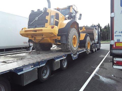 SLITTE DEKK: Dette vogntoget fraktet en hjullaster på en henger som hadde fem dekk under oppløsning.