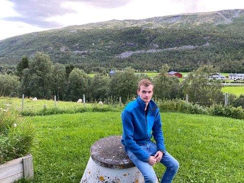 HUSKJØP: Pål Kristian viste fornøyd frem småbruket, i bakgrunn er hjemgarden.