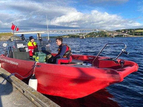 DELTAR: Simen Østby og Jon Olav Ljørstad i vannredningsgruppa til Brumunddal Røde Kors Hjelpekorps i spesialbåten som brukes til søk.