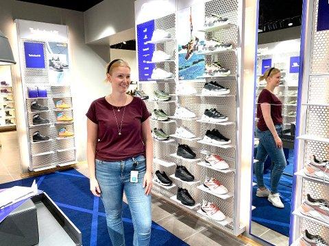 SATSING. Fungerende butikksjef Therese Bjørnsen tror at en egen sneakersbutikk vil slå an i Hamar. (Foto: Jo E. Brenden)