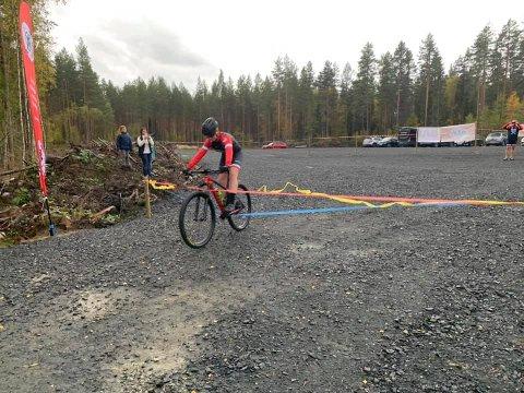 """ÅPNET: Fredrik Vingelsgaard sykler over snora og markerer på den måten at rundbana som har fått tilnavnet """"Løvberget Sykkelpark"""" er åpen."""