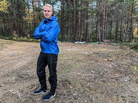 VEDTYVERI: Sveinar Aasgård kan bare konstatere at 19 paller ved er stjålet. - Det er bare en ting å si, dette er jævlig irriterende, sier Aasgård.