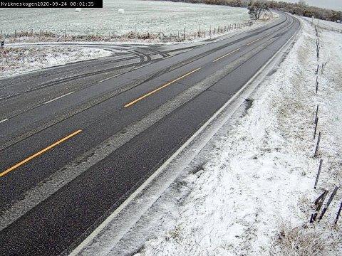 SMELTER: Snøen som kom på Kvikne i natt er i ferd med å smelte.