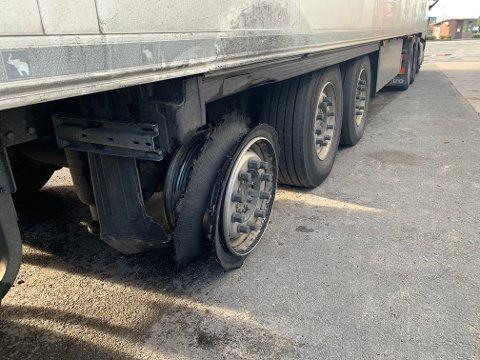 EKSPLODERT: Statens vegvesen aner ikke hvor lenge sjåføren har kjørt med det eksploderte dekket. Dette kunne vært livsfarlig, sier seniorinspektør Henning Andersen.
