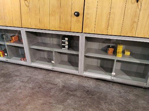 TOMME SKAP: På G-Sport Amfi er det tomt for ammunisjon. Bare noen få bokser med spesiell ammunisjon står igjen.