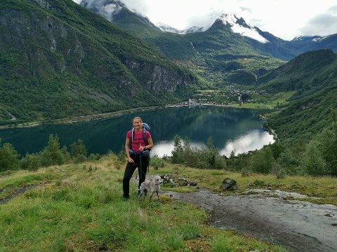 TURGLAD: Annette Velde Sande liker å løpe tur med hunden i Jessheimmarka. Hun frykter E16-planene vil ødelegge turmulighetene.