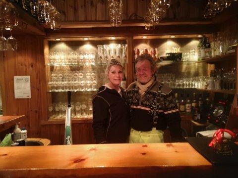 NYTT DRIVERPAR: Morten Sterri og Liz Øvang er på plass bak dissken på Bjørnehiet pub og kafeteria i Renåfjellet.