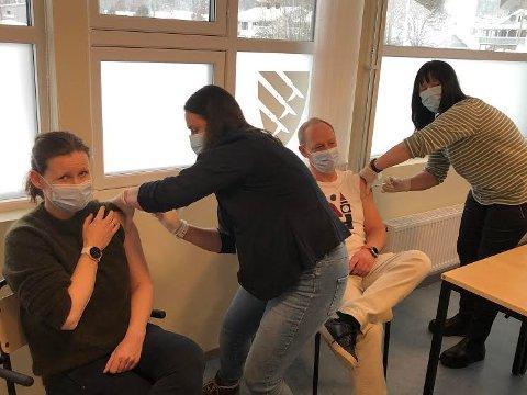 NY GRUPPE: Våler og Åsnes er i gang med å vaksinere helsepersonell. Her får Jorun Slettli og Bo Brendstrup sin første dose, av henholdsvis Line Engebretsen og helsesykepleier Linda Engelsrud.