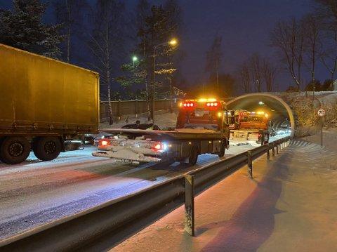 Berging: Biler holder på å bli berget etter trafikkulykke.