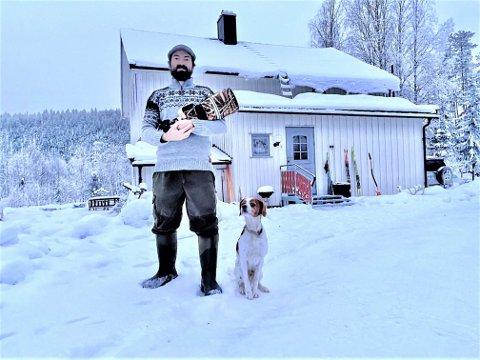 PÅ DESET: Floris Smeets foran huset på Deset med kamera og hund og klar for nye fotoeventyr i naturen. - Jeg har alt jeg drømmer om på Deset. Det er uaktuelt å flytte tilbake til Nederland.
