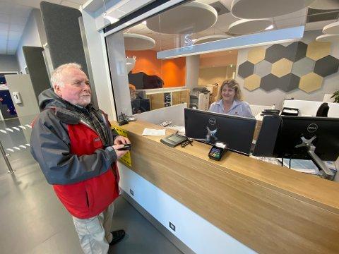 FORNUFTIG: – Alt kan ikke sentraliseres mot Mjøsa og Hamar, sier Steinar Ekeberg som var innom trafikkstasjonen for å fornye sertifikatet for lastebil. Her får han hjelp av Ingjerd Nerby.