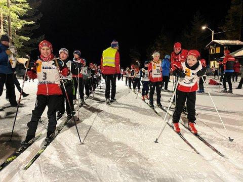 KLARE: Erik Platek (t.v.) og kompisen Mathias Tveten (begge ni år) var mer enn klare for å kaste seg ut i løypene på Søbakken i årets første karusellrenn.