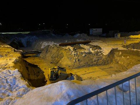 NED I HULLET: Operasjonsleder Bård Einar Hoft opplyser at bilen endte helt ned i hullet og at den ble berget opp natt til søndag. Årsak til ulykken er ikke kjent. Foto: Monica Stensrud