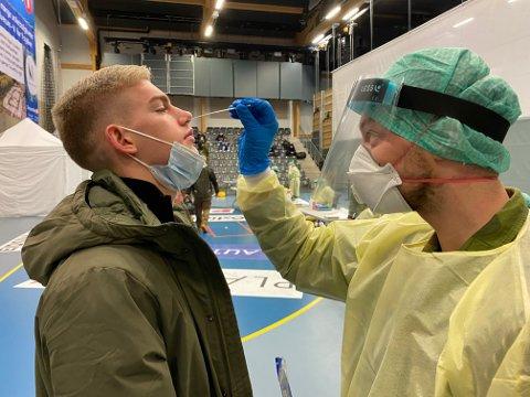 TEST: Brage Løver fra Koppang tar covidtest på Terningen Arena ved innrykket til rekruttutdanningen på Terningmoen.