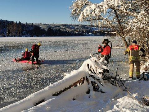 PÅ VEG INN: Rådyret fikk menneskelig hjelp denne gangen til å komme seg inn på land, igjen. Men så fort det var snø under beina på den, stakk den sørover.