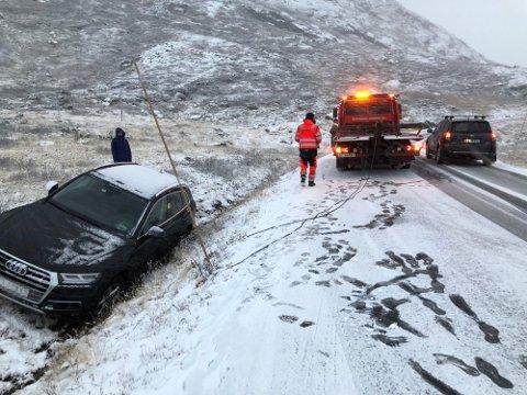GRØFTA: Denne bilisten havnet i grøfta på det glatte føret. Foto: Ingvar Skattebu