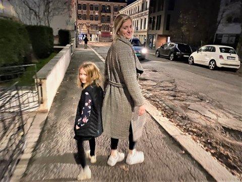 UT PÅ TUR: Påtroppende justisminister Emilie Enger Mehl på grytidlig handletur med veslesøster Ingeborg før hun blir kallet til Kongens bord.