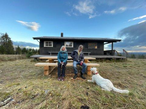 NYTT BORD PÅ SVENKERUDVOLLEN: Kristin Korslund ville takke for de flotte skiløypene som Jon Simon Høye og Elverum Turforening legger vinterstid. Det ble med et bord. Her er Fender også med.