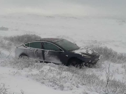 Eidfjord Bilberging har hatt det travelt siste døgn. Her er en av bilene som kjørte av vegen. Foto: Eidfjord Bilberging