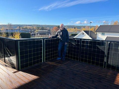 NYSKAPENDE: Rune Ragnhildsløkken fra Elverum har utviklet en kombinasjon av rekkverk og solcellepanel som ingen andre har akkurat maken til.