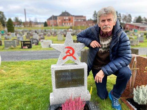MÅ FJERNES: Historiker Einar Steffenak mener kommunistsymbolene hammer og sigd må fjernes fra russergraven ved Elverum kirkegård. - Jeg er sjokkert over synet, sier Steffenak.
