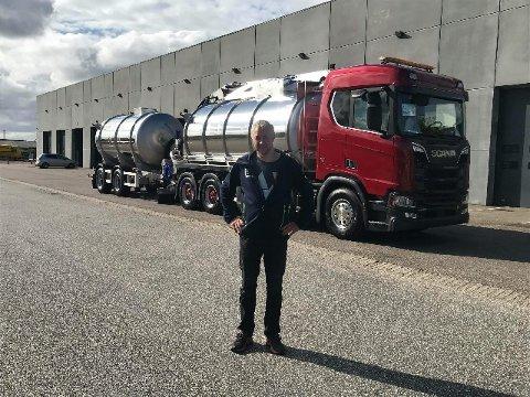 ALLSIDIG: Trond Torud foran gjødselsvogntoget til fire millioner kroner.