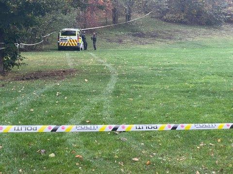 FUNNET DØD: Politiet har onsdag sperret av et område i Ankerskogen. En person er funnet død.