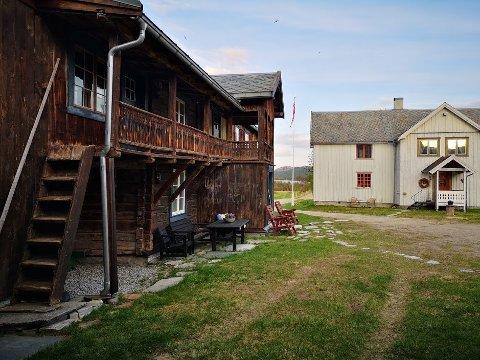 Vakre omgivelser: Gammelstua og våningshuset uti Holla.