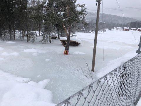 MÅLESTOKK: Trysil kommune har siden 2. februar brukt gapahuken i bildet som målestokk for vannføringen. I helga gjorde vannet et byks.