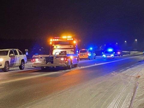 KOLLISJON: To biler og tre personer var involvert i en trafikkulykke på riksveg 25 tirsdag kveld.