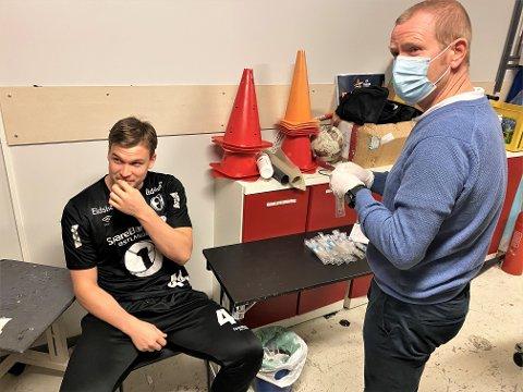 SNART 50: Thomas Solstad har blitt koronatestet 49 ganger i forbindelse med Champions League og VM. Han blunker ikke av å få en pinne langt ned i halsen av Torgeir Østenengen.