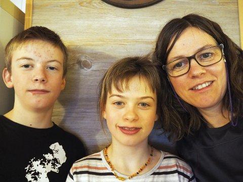 TRIVES: Bryndis Ólafsdóttir (51), her med tvillingene Sólbergur Ólafsson (12) og Agla Ósk Ólafsdóttir (12), trives alle godt i Rendalen.