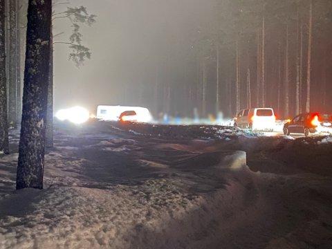 UHELL: Lørdag kveld snurret en bil med en campingvogn rundt på riksveg 3 ved Øksna i Elverum. Det skal ikke være snakk om noen personskader.