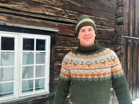 Selvstrikk: Villmarksgenserne er populære for tiden, men det er nok ikke så mange som er strikket av menn. Rørosingen Rune Kolstad er fornøyd med egen innsats. - Denne gleder jeg meg virkelig til å bruke, sier han.