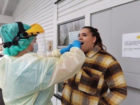 SMITTEN ØKER: Mandag ble det registrert 330 nye smittetilfeller i Norge, det høyeste siden 1. juni. Bildet er fra da helsesekretærstudent Solveig Ingeborg Småriseth testet seg tidligere i år.