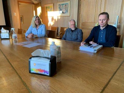 ETTERLYSER SVAR: Ordfører Lillian Skjærvik, rådgiver Roy Heine Olsen og rådmann Kristian Trengereid, lurer på hvordan de skal tolke manglende svar fra Helse Sør-Øst og Sykehuset Innlandet.