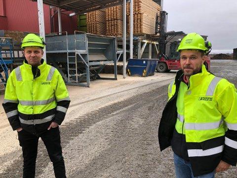INVESTERING: Bergene Holm AS på Kirkenær investerer 25 millioner i år, samtidig som det signaliseres en investering på 20 millioner til neste år. Fabrikkdirektør Arne Inngard Melby (til venstre) og prosjektingeniør Lars Ingar Lillemo er glad for dette, og viser til stor investeringsvilje ved sagbruket.