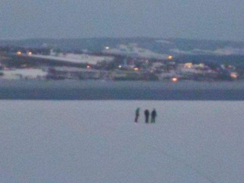 REDD: Lena Kolner fra Kapp fikk frysninger da hun så de tre ute på isen onsdag kveld. Til Oppland Arbeiderblad sier den ene av de tre at de sjekket isen alle steder de gikk.