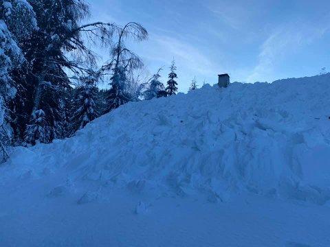 NOK SNØ: Det er mye snø på Totens hyttetak.